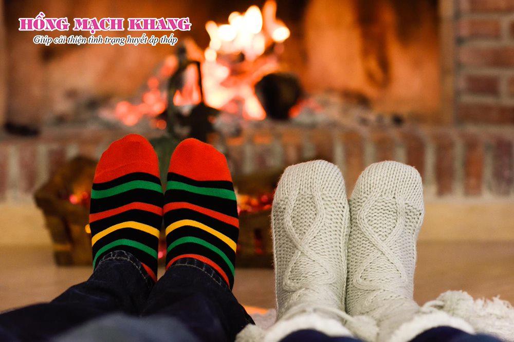 Người bệnh huyết áp thấp nên giữ ấm chân tay vào mùa đông